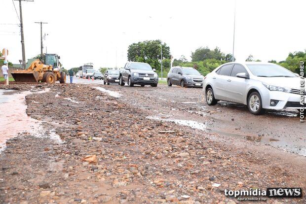 VÍDEO: cascalho encobre asfalto na Lúdio Martins Coelho após chuva da madrugada