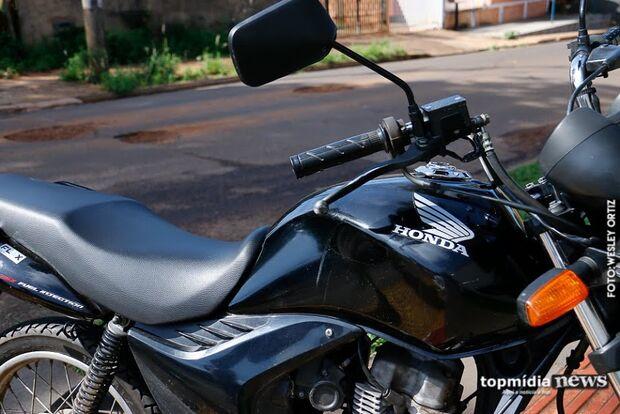 Ladrões derrubam motociclista a pedradas e roubam dinheiro de vítima