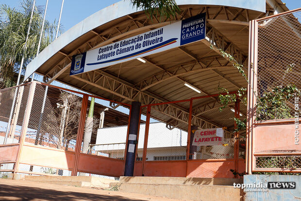 Servidores da educação cobram carga horária de 6 horas; prefeitura diz que decreto não se aplica