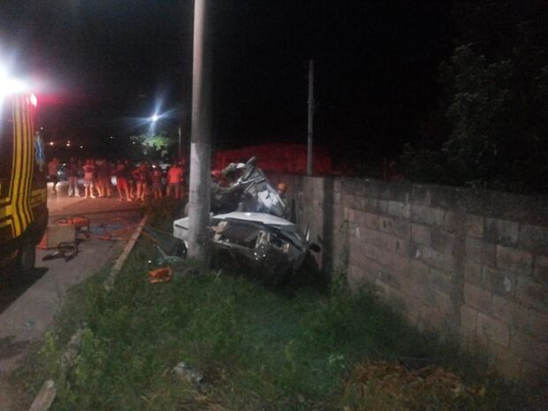 Rapaz morre após perder controle da direção, sair da pista e bater em poste de iluminação