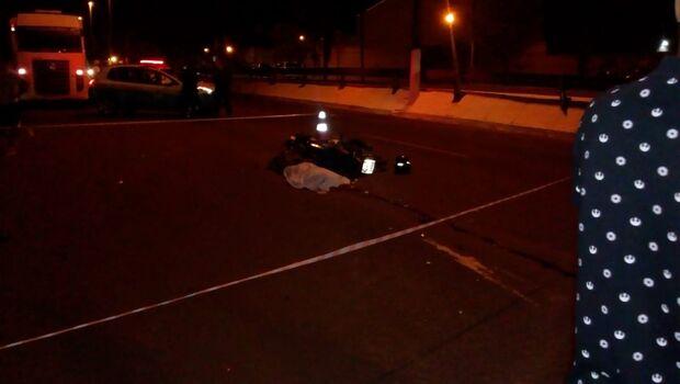 Motociclista bate em traseira de caminhão e morre na hora na Duque de Caxias