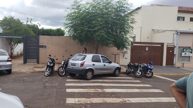 VÍDEO: carro bloqueia garagem, ocupa faixa de pedestre e põe crianças em risco perto de escola