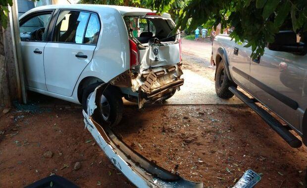 Mulher é atingida por carro no portão de casa; motorista estava bêbado