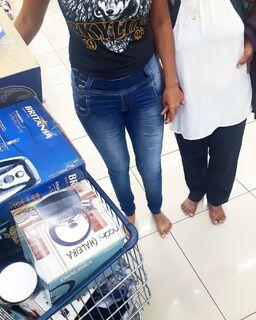 Neta e avó ficam descalças em loja, são ignoradas por vendedores e são criticadas até expondo drama