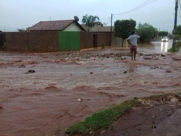 No Oiti, chuvarada transforma rua de chão em 'rio' e leva pedra e lixo para dentro de casas