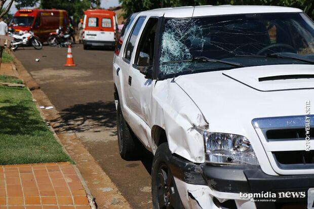 Motociclista é jogado contra para-brisa de caminhonete após batida em cruzamento no Santa Luzia
