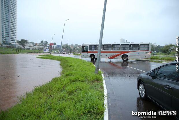 VÍDEO: 'motorista herói' atravessa ônibus na pista para evitar acidentes na Via Park