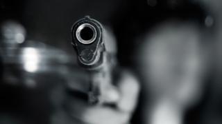 Mulher flagra marido na cama com outra, saca pistola 9 mm e atira