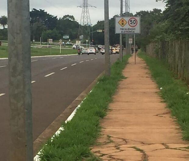 Após matéria, leitor flagra outra placa de trânsito 'tomando' calçada de pedestres no Oliveira