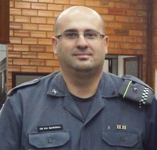 Policial implora por socorro ao ver companheiro ser baleado na cabeça com tiro de fuzil