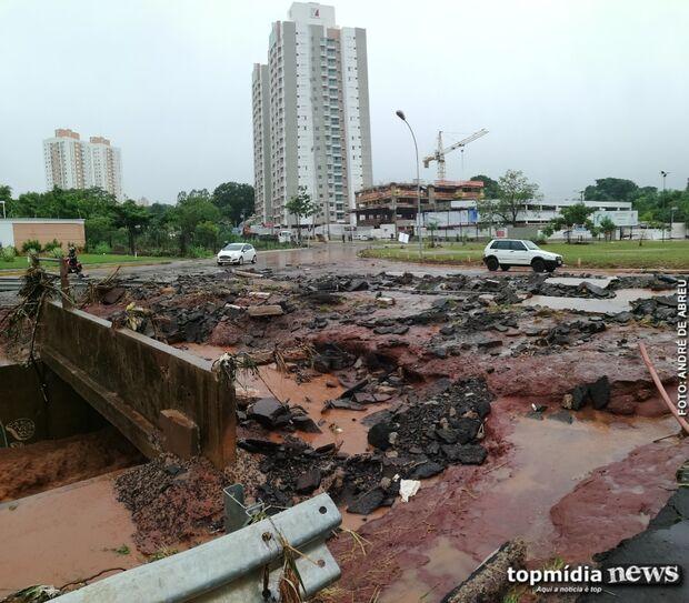 Destruído: após correnteza, asfalto é 'arrancado' e arrastado na Rachid Neder