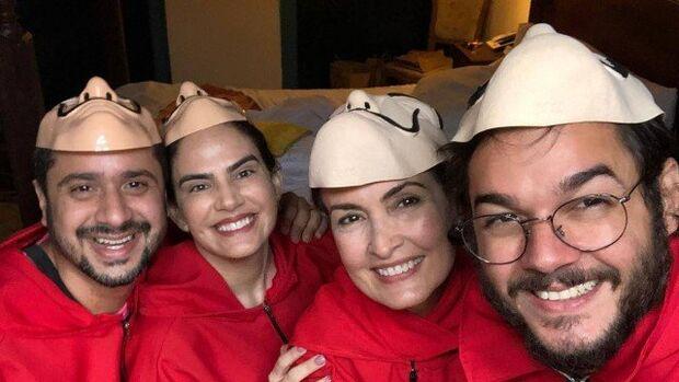Fátima Bernardes pula disfarçada o pré-carnaval em Olinda ao lado do namorado