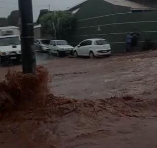 VÍDEO: ruas do São Francisco viram 'rios de lama' durante temporal