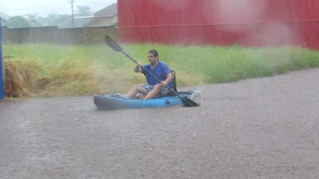 VÍDEO: morador navega de caiaque pelas ruas durante enchente em cidade do MS