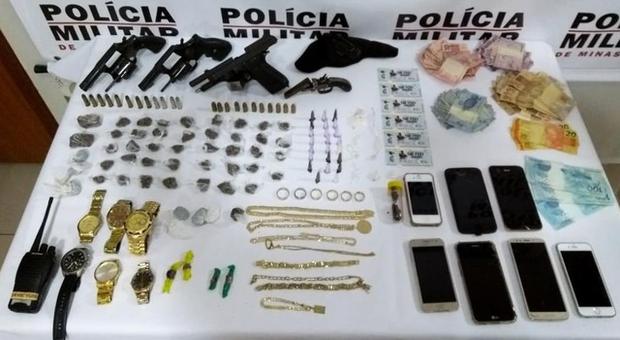 'Hoje eu vou parar na gaiola': dez pessoas são detidas com drogas e armas em baile funk