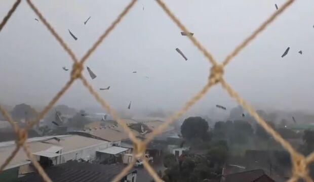 VÍDEO: ventania e chuva provocam 'dança das telhas' no céu de Campo Grande