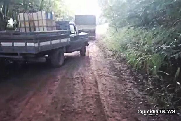 VÍDEO: carreta com soja desliza em estrada de chão e produtor se revolta: 'joguei meu voto no lixo'