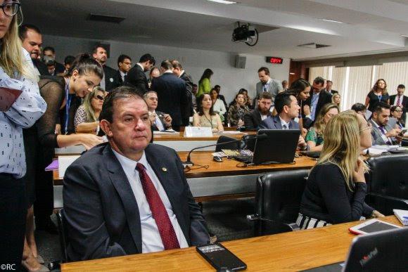 Na Lata: com esposa em Brasília, deputado aproveita para colar no Senado