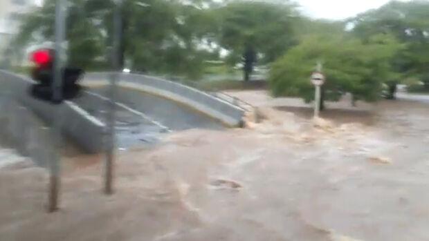 VÍDEO: 'vai motorista, não para não', grita passageira de ônibus em enchente na Fernando Correa