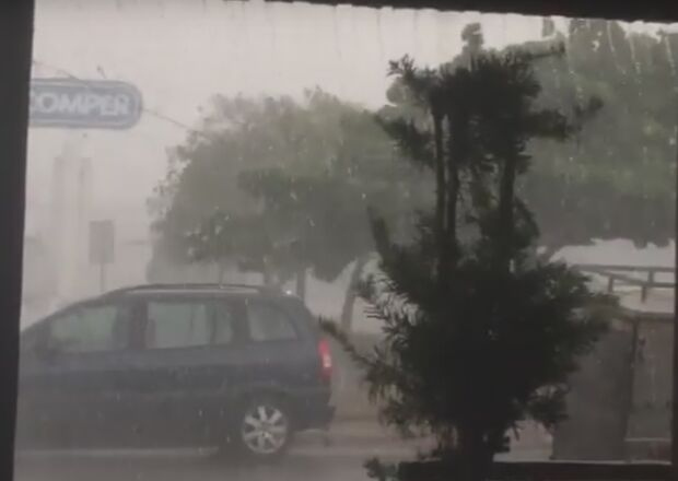 VÍDEO: leitor registra chuva e 'ventalhão' perto de supermercado na Bandeirantes