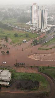 Em menos de 3 horas de chuva, carros ficam imersos na água próximo ao Shopping Campo Grande