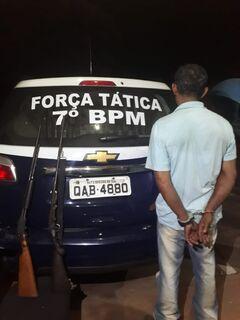 Denunciado por violência doméstica, homem é preso em flagrante com espingardas e munições