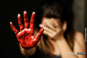 Mulher descobre traição no celular e acaba espancada com socos e chutes pelo marido