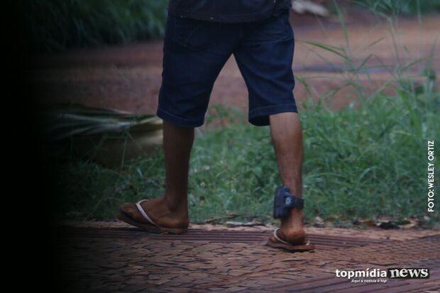 """""""De novo"""": homem com tornozeleira eletrônica é flagrado com drogas, tenta fugir e acaba no xilindró"""