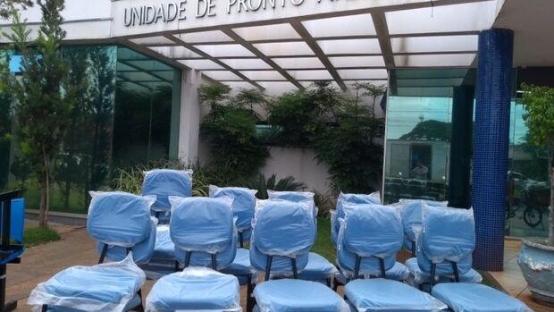Cadeiras quebradas e com avarias são substituídas por novas em unidades de saúde