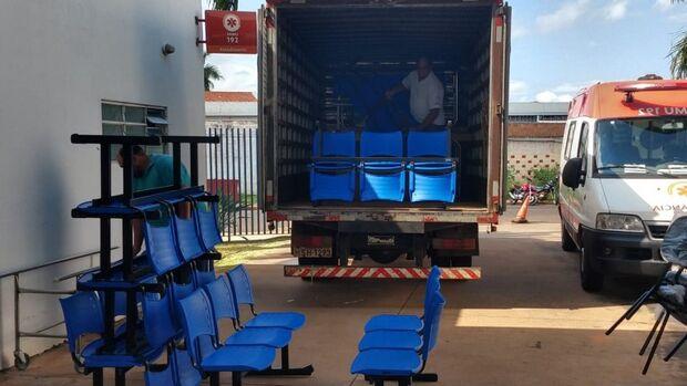 Prefeitura entrega cadeiras e macas fixas novas na UPA Coronel Antonino