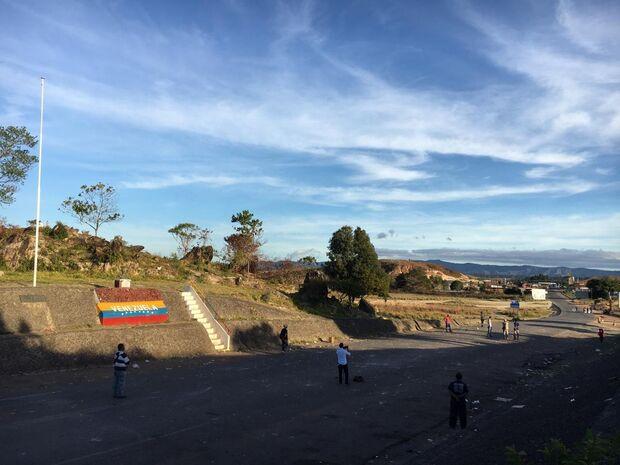 Militares da Venezuela desertam na fronteira com o Brasil em RR
