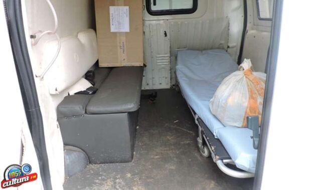 Ambulância parada por falta de manutenção vira abrigo para morador de rua
