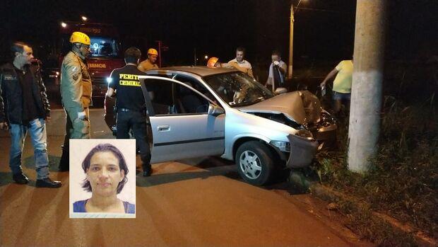 Professora bate veículo contra poste e morre nesta madrugada
