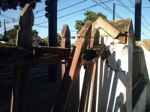 'Casa do prefeito' é depredada e Carnaval transforma orla ferroviária em lixão a céu aberto
