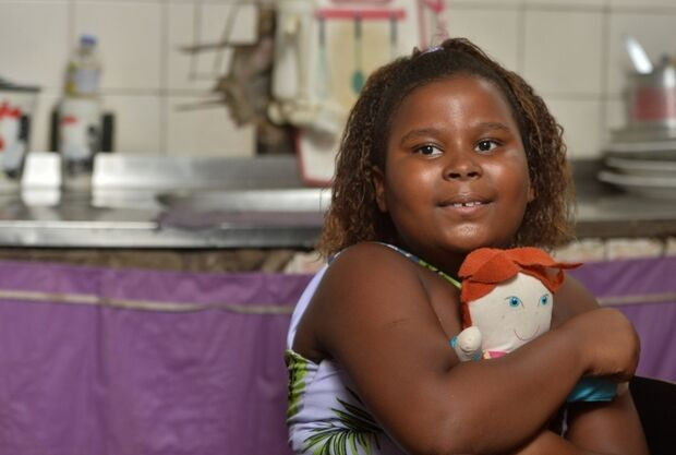 Menina que entregou quentinhas a moradores de rua no aniversário vai ganhar uma festa
