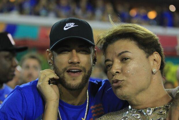 Neymar deixa a Sapucaí carregado pelos parças, às 5h da manhã