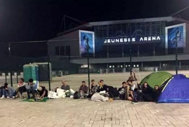 Fãs acampam na chuva para pré-venda de ingressos para show de Sandy e Júnior