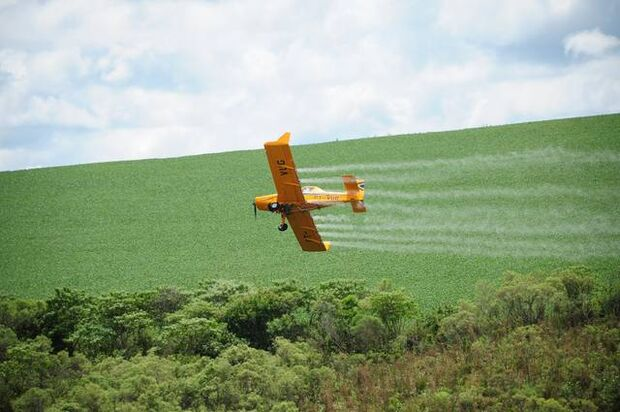 Avião agrícola se envolve em acidente ao tentar decolar