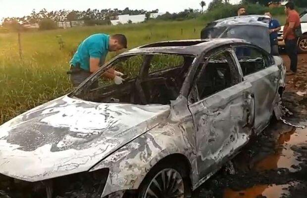 Pistoleiros abandonam carro em chamas após ataque a ex-motorista de Pavão