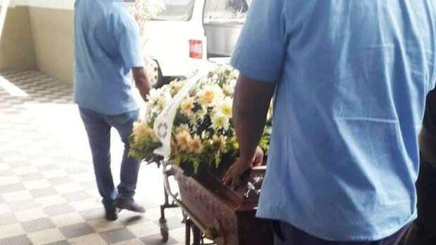 Erro de funerária faz família velar corpo errado