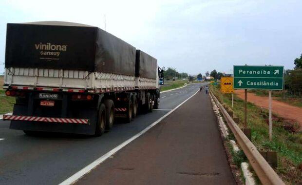 Dupla de assaltantes rende idoso durante troca de pneu em rodovia