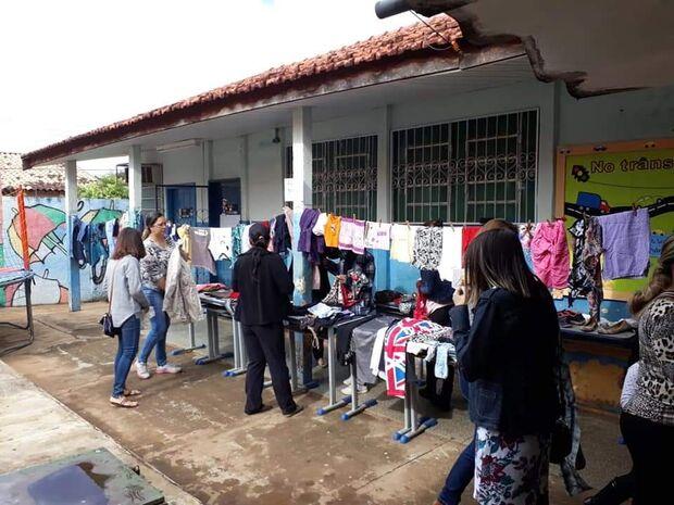 Precisa? Pode pegar! Varal solidário estimula cidadania em escola de Campo Grande