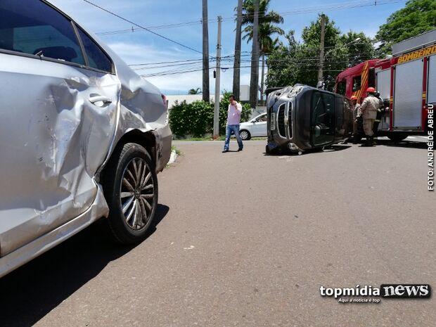 Após capotar carro, motorista nega teste do bafômetro e acaba preso por desacatar policiais