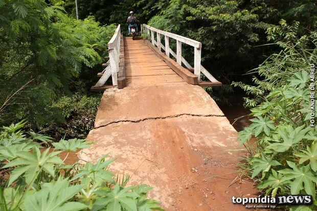 Sem caminho alternativo, moradores se arriscam em ponte rachada para chegar em casa