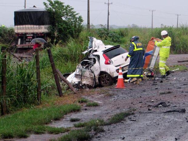 Carro bate de frente com carreta e casal morre na BR-163