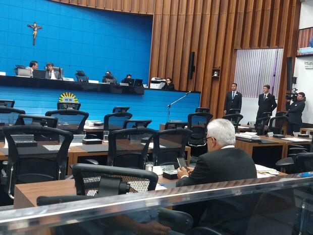 Na Lata: golpe de 64 se fortalece e deputado lê sobre torturas na ditadura para plenário vazio