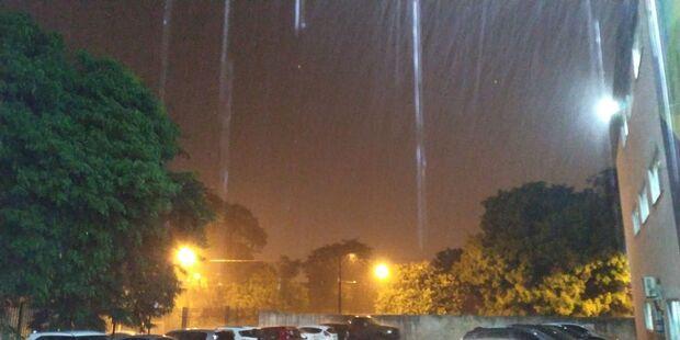 Chuva volta a cair com força na noite desta segunda-feira em Campo Grande