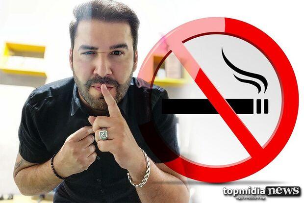 Happy birthday: assessor joga carteira de cigarro no lixo e dá adeus aos 17 anos de vício