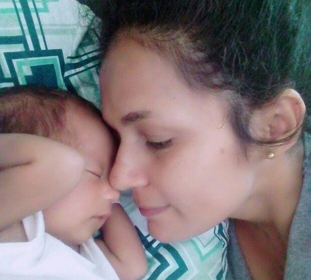 'Tirou a vida da filha pra não pagar pensão', diz mãe de bebê que morreu de broncoaspiração
