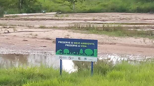 Manifestantes promovem 'abração' em volta de lago assoreado no Parque das Nações
